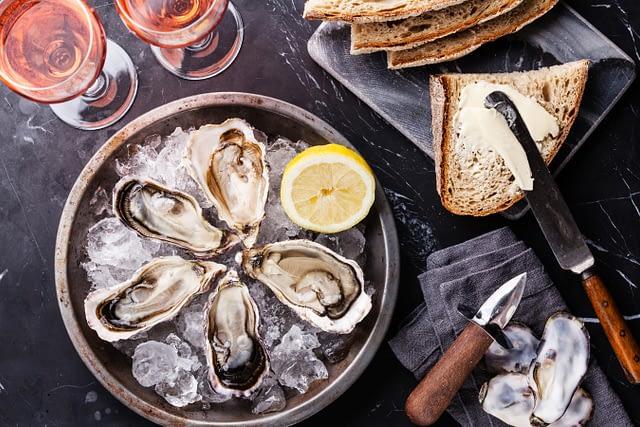 Oyster tasting ©Shutterstock
